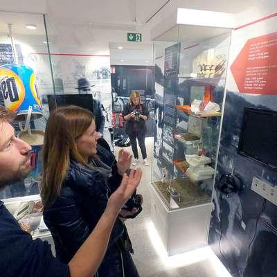 """Kustos Rok Bavčar (levo) pravi, da se za """"švercarske"""" zgodbe  zanimajo tudi mlajši obiskovalci.  Foto: Tiffany Brisko"""