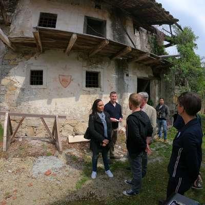 Producenti in briški gostitelji so princesi razkazali vasico in jo  seznanili z njeno zgodovino.   Foto: Leo Caharija