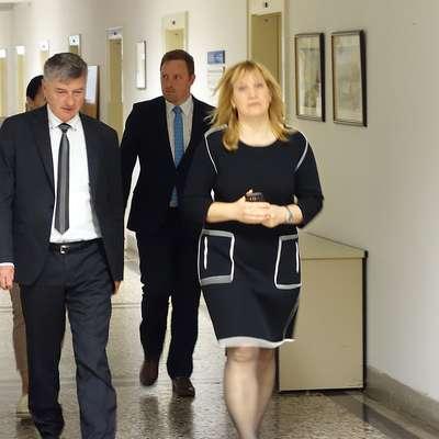 Ministra Rudija Medveda (levo)  s sodelavci je včeraj na upravni  enoti gostila v.d. načelnice Tanja Kralj.  Foto: Leo Caharija