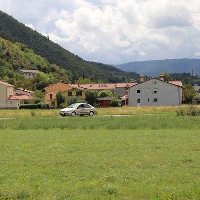 Z gradnjo varovalnega nasipa tik za naseljem Vipava bi po mnenju  stroke rešili poplavno ogroženost tega dela kraja. Foto: Leo Caharija