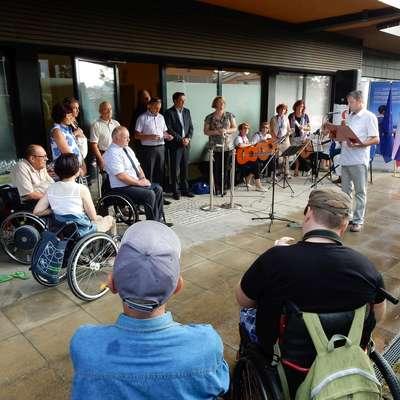 Prevoz z društvenim kombijem je za nekatere paraplegike edini, ki jim omogoča biti družbeno dejavni. Foto: Mitja Marussig
