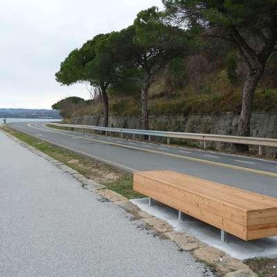 Na izolskem delu obalne ceste so  klopi, koši za odpadke in  sanitarije, manjka  javna razsvetljava.  Foto: Mirjana Cerin