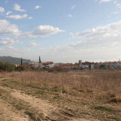Del tega zemljišča, ki je bilo v lasti družbe Janin, že ima novega  lastnika, kupca za svojo parcelo pa Rdeči križ Slovenije še išče. Foto: Alenka Penjak