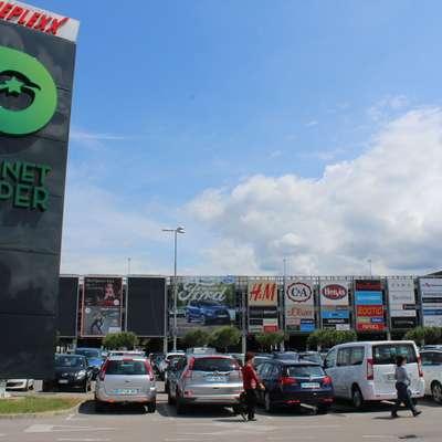 Odkar parkirišče poleg obiskovalcev trgovskega centra uporabljajo tudi drugi, nastaja parkirna stiska. Foto: Alenka Penjak
