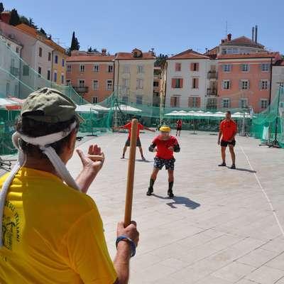 Na Tartinijevem trgu se bo za naslov sredozemskega prvaka v  pandolu pomerilo osem ekip. Foto: Matjaž Derin