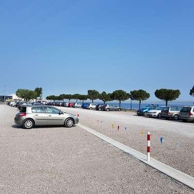Na parkirišču pred kopališčem v Žusterni bodo uvedli nov parkirni režim.  Foto: Nataša Hlaj