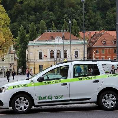 Taksiji v Kopru morajo biti bele barve,  Cammeovi imajo zelen  napis.