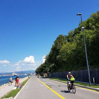 Javna razsvetljava na koprskem delu obalne ceste sprehajalcem in  kolesarjem ponuja občutek varnosti tudi v večernih urah.  Foto: Nataša Hlaj