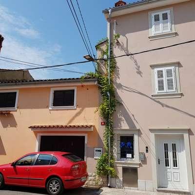 V nakup manjše stavbe na Puntarski ulici 10 v Kopru (oranžne  barve) se je včeraj na koprski občinski dražbi sprva podalo kar  enajst interesentov. Foto: Nataša Hlaj