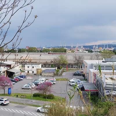 Skupina Mercator išče kupca za obsežno  zemljišče s poslovnimi  stavbami v okviru kompleksa Tomos za nakupovalnim središčem   na Dolinski cesti. Foto: Nataša Hlaj
