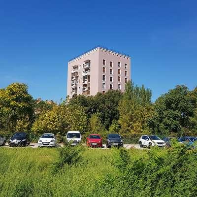 Stanovalci stolpnice na Muzejskem trgu 4 v  Kopru prek sodišča  zahtevajo določitev  pripadajočega zemljišča okrog bloka.  Foto: Nataša Hlaj