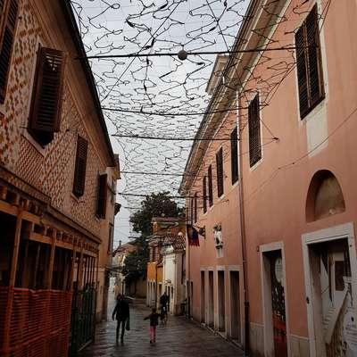 Piranski konservatorji so ugotovili, da je  namestitev novoletnih  lučk v Kopru presegla izdano kulturnovarstveno soglasje. Foto: Nataša Hlaj