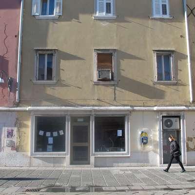 Po naših informacijah naj bi poslovni prostor na Prešernovem trgu   mikal koprsko občino.  Foto: Alenka Penjak