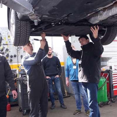 Bodoči avtomehaniki so se s praktičnim delom seznanili v   avtomehanični delavnici Trgo ABC. Foto: Zdravko Primožič/FPA