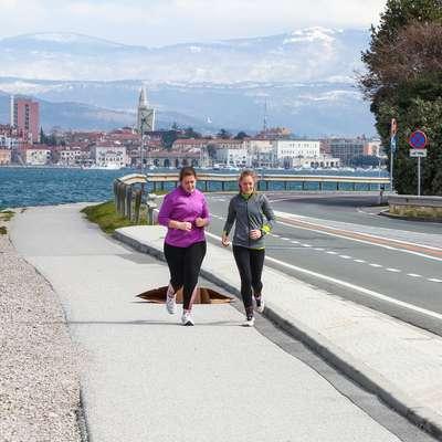 Namesto motornim vozilom  obalna cesta danes pripada tekačem in kolesarjem. Foto: Tomaž Primožič/FPA