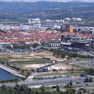 Panoramski pogled z Markovca na gradbišči tik ob morju. Foto: Zdravko Primožič/FPA