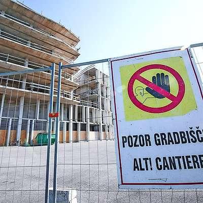 Kovinska ograja, s katero so delavci Grafista te dni zaprli  dostop do večnamenskega objekta na Bonifiki, nakazuje, da  se bodo dela končno nadaljevala. Foto: Tomaž Primožič/Fpa