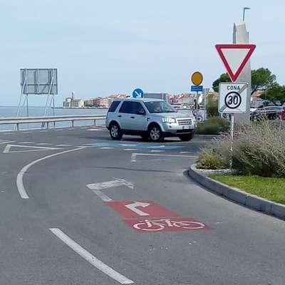 Ob izhodu iz parkirišča Fornače  se  morajo kolesarji razvrstiti na  desni pas, skupaj z  avtomobili, ki bodo zavili proti Bernardinu.  Foto: PN