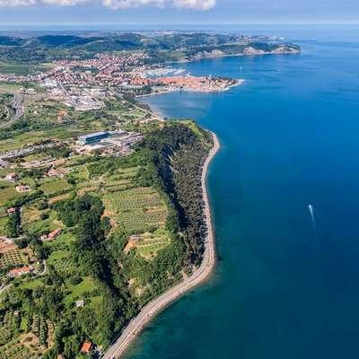 Pogled na obalno cesto med Koprom in Izolo.  Foto: Jaka Ivančič