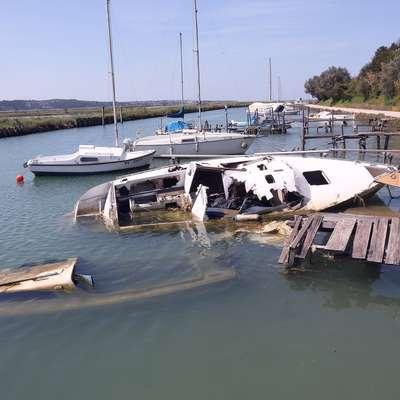Postopek odstranitve opuščenih plovil iz Jernejevega kanala se bo  predvidoma začel prihodnji torek. Foto: Zdravko Primožič/FPA