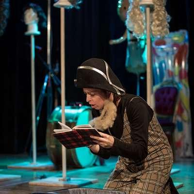 Nikla Petruška Panizon v  Goldonijevi  komediji odigra  dve ženski in eno  moško  vlogo.   Foto: Luca Quaia