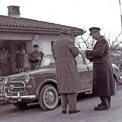 Carinik preverja dokumente osebe na mejnem prehodu  Solkan. Foto: arhiv Goriškega muzeja
