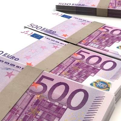 Glavni osumljenec je pod polico pisalne mize skrival 55.000  evrov, največ je bilo bankovcev za 500 in 200 evrov.