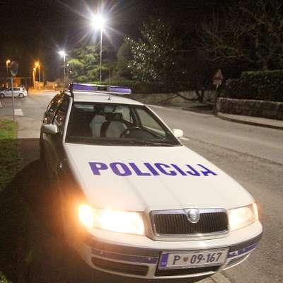 Policijsko posredovanje zaradi vožnje pod vplivom alkohola se je  v vasi na Bistriškem končalo za napadom na policista in policistko.  Foto: Leo Caharija