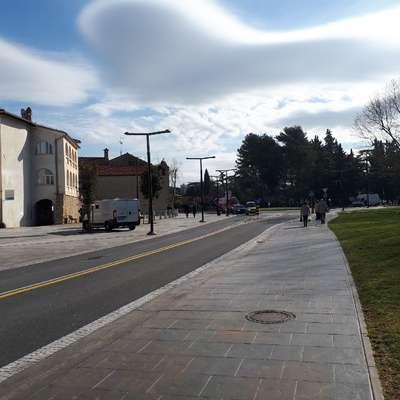 Pred dvema letoma je 34-letni Makedonec na Pristaniški ulici v  bližini  banke v zasedi počakal mlajšo žensko in jo napadel.
