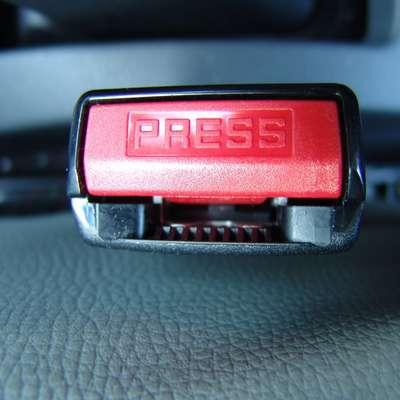 Tudi ob zasedenih zadnjih sedežih v kar 32 odstotkih ostaja rdeč  zatič varnostnega pasu prazen.