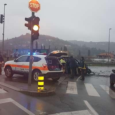 Pet ljudi v bolnišnico, semafor končal na tleh