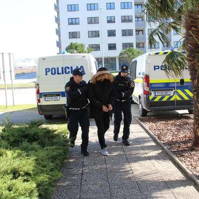 V četrtek so na koprsko sodišče privedli štiri osumljence, trije so  po zaslišanju končali v priporu. Foto: Danijel Cek