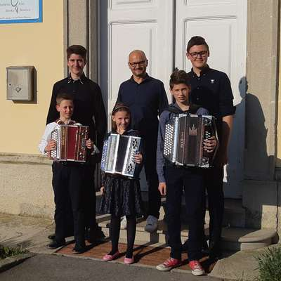 Obetavni harmonikarji: Aljaž Danieli, Klara Stopar, Martin Rojc   (spredaj z leve),  Gašper Fabjančič (zadaj levo) in Kristian Jenko  (desno). Mednje se je ponosno postavil profesor  Zoran Lupinc.