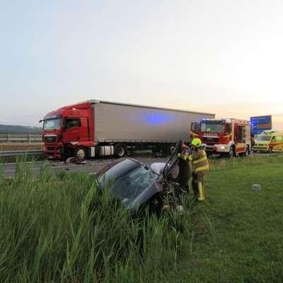 Od silnega trka je avtomobil odbilo desno v obcestni jarek. Foto: GRC Ajdovščina
