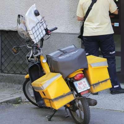 V upravi pošte odgovarjajo, da morajo poštarji varovati mopede  pred krajo, če bi jih poštarji zaklepali vsakič, ko se za nekaj  korakov oddaljijo od njih,  bi verjetno raznesli zelo malo pošte. Foto: Leo Caharija