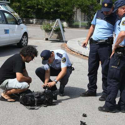 Televizijska kamera, vredna približno 35.000 evrov, je bila v  napadu povsem uničena. Foto: Pierluigi Bumbaca