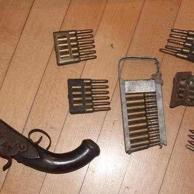 Domačin z Boninov je doma hranil naboje za vojaško puško in  najmanj 150 let star samokres. Foto: PU Koper