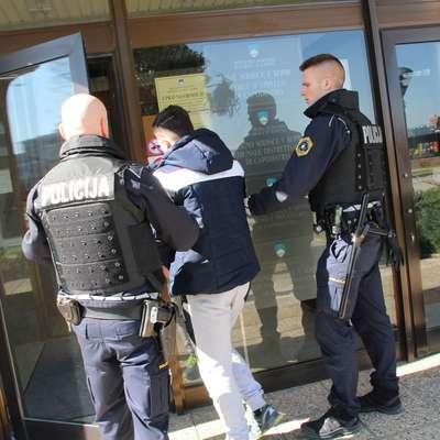 Policisti so marca na  sodišče pripeljali štiri osumljene.  Foto: Danijel Cek