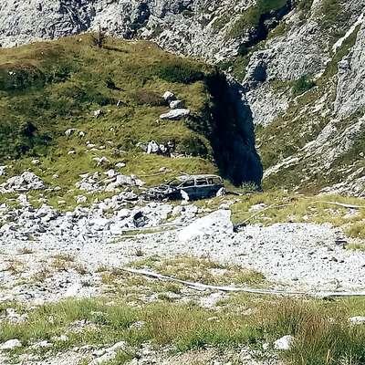Goreči nemški volvo se je ustavil le deset metrov pred prepadno  steno. Foto: GZ Bovec