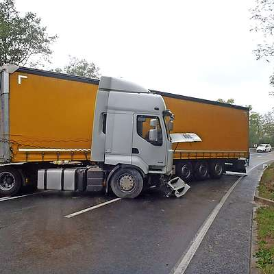 Tovornjak je obtičal čez vse tri vozne pasove.  Foto: Gb Koper