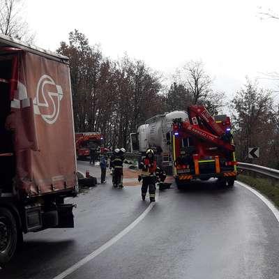 Prikolica z rdečo ponjavo je zdrsnila čez sredino ceste in trčila v kabino nasproti vozečega tovornjaka. Foto: PGD Ilirska Bistrica