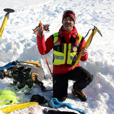 Brez  popolne zimske opreme gorski reševalci odsvetujejo  obisk gora pozimi.  Poleg lavinskega trojčka morajo imeti  planinci s  seboj še cepin, dereze in čelado.  Foto: Manca Čujež