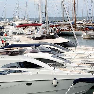 Kazniva dejanja, ki jih tožilstvo v obtožbi očita obtoženim, naj bi se  pri uvozu luksuznih plovil zgodila že pred dobrim desetletjem  (fotografija je simbolična).  Foto: Zdravko Primožič/FPA