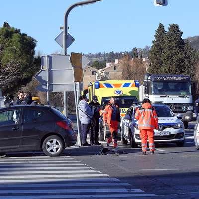 Voznici trčili v križišču
