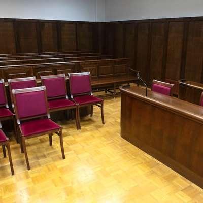 Pred dnevi se je v sodni dvorani poskušal poškodovati obtoženec  iz Pakistana, a sta mu pravosodna policista pravočasno izbila iz  rok rezilo, ki ga je skrival v ustih.   Foto: Primozic