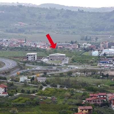 Na sedanjih kmetijskih zemljiščih nad Izolo bi lahko sezidali novo  stavbo koprske policijske uprave.  Foto: Tomaž Primožič/FPA