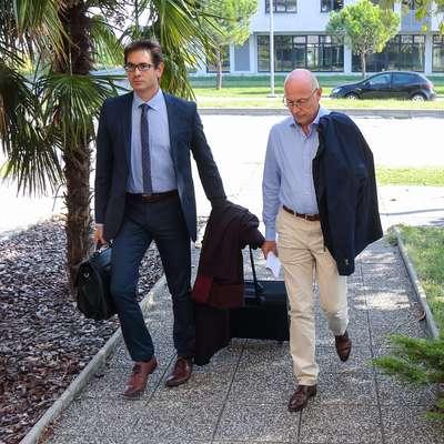 Odvetnik Aleš Štravs (levo) zahteva izločitev dokazov zoper nekdanjega direktorja bolnišnice  Janija Derniča. Foto: Tomaž Primožič/FPA