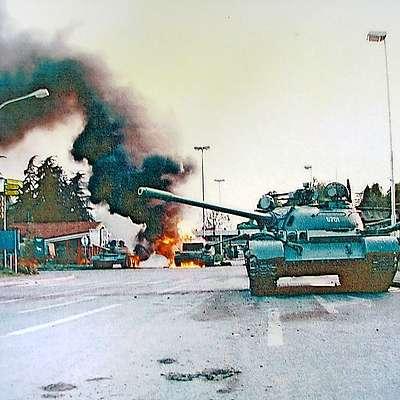 Med spopadom v Rožni Dolini je od dveh tankov ostal le kup  razžarjenega železja. Foto: Bogdan Zoratti