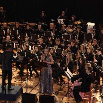 Obetavna saksafonistka Kristina Neli Lampe je z idrijskimi godbeniki zaigrala Aria & Improvisation Blaža Puciharja.  Foto: Saša Dragoš
