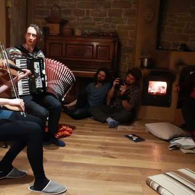 Na gosli je zaigrala Claudia Schwab  ter jodlala v družbi harmonikarja Matije Solceta in drugih.   Foto: Maja Pertič Gombač